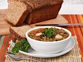 Saludable lentejas, sopa de espinaca con pan de quinua. — Foto de Stock