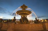 在协和广场巴黎夜景喷泉 — 图库照片