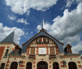 The station building in the Gothic style. France, Senlis — Stock fotografie