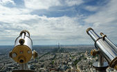 Telescope viewer and city skyline at daytime. Paris, France — 图库照片