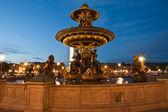 Fuente en la plaza de la concordia en parís por la noche — Foto de Stock