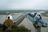 望远镜查看器并查看从圣米歇尔山,诺曼底,法国 — 图库照片