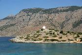 Antiguo molino de viento en la orilla de una de las islas griegas — Foto de Stock