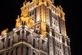 Wieżowiec w nocy, moskwa, federacja rosyjska — Zdjęcie stockowe