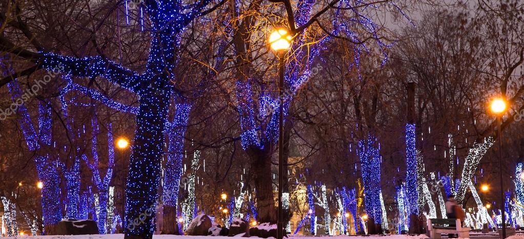 b ume die zu weihnachten und neujahr urlaub nachts beleuchtet in moskau russland stockfoto. Black Bedroom Furniture Sets. Home Design Ideas