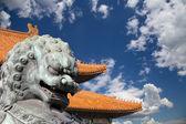 бронза хранитель статуя льва в запретный город в пекине, китай — Стоковое фото