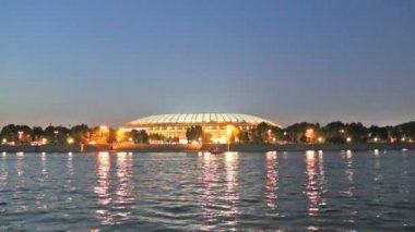 Embankment of the Moskva River and Luzhniki Stadium, night view, Moscow, Russia. — Vídeo de stock