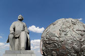 Konstantin Tsiolkovsky Monument, the precursor of astronautics, and Celestial globes-- near Monument of Sovjet space flight, Moscow, Russia — Foto de Stock