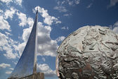 Conquerors of Space Monument in the park outdoors of Cosmonautics museum, Moscow, Russia — Foto de Stock