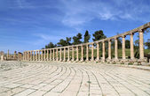 Forum (Oval Plaza)  in Jerash, Jordan.  Forum is an asymmetric plaza at the beginning of the Colonnaded Street, which was built in the first century AD — Stock Photo