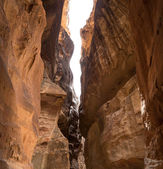 The 1.2km long path (Siq)  to the city of Petra, Jordan-- it is a symbol of Jordan, as well as Jordan's most-visited tourist attraction. Petra has been a UNESCO World Heritage Site since 1985 — Foto de Stock