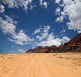 вади рум пустыни также известен как долина луны — долина, вырубленных в скале из песчаника и гранита в южной иордании 60 км к востоку от акабы — Стоковое фото