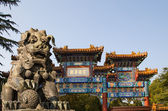 Bronze Guardian Lion Statue in Yonghe Temple (Lama Temple) in Beijing, China — Stockfoto