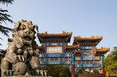Bronze Guardian Lion Statue in Yonghe Temple (Lama Temple) in Beijing, China — Foto de Stock