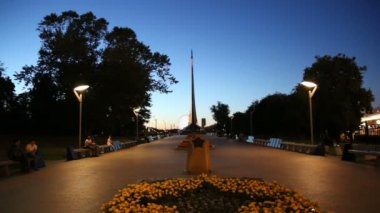 Conquerors of Space Monument (Night view) in the park outdoors of Cosmonautics museum, near VDNK exhibition center, Moscow, Russia — Stock Video