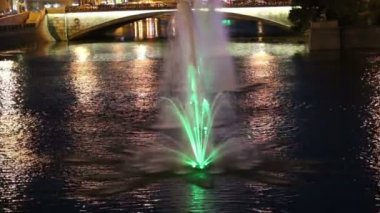 Night view on the drain channel and fountains near the Luzhkov (Tretyakov) bridge, Moscow, Russia — 图库视频影像