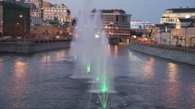 Night view on the drain channel and fountains near the Luzhkov (Tretyakov) bridge, Moscow, Russia — Stok video