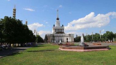 Vdnkh (centro esposizioni panrusso, chiamato anche centro esposizioni panrusso) è una fiera permanente e polivalente a Mosca, russia — Video Stock