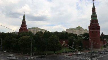Terraplén del río moskva, cerca del kremlin de moscú y el tráfico diario, moscú, rusia — Vídeo de stock