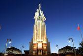 Famoso monumento soviético rabochiy eu kolkhoznitsa (trabalhador e mulher kolkhoz ou trabalhador e agricultor coletiva) do escultor vera mukhina, Moscou, Rússia. composta em 1937. — Fotografia Stock