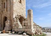 Arch of Hadrian in Gerasa (Jerash)-- was built to honor the visit of emperor Hadrian to Jerash in 129 AD, Jordan — Stock Photo