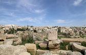Den romerska staden av gerasa och den moderna jerash (i bakgrunden). — Stockfoto