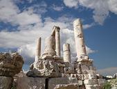 храм геркулеса, римский коринфскими колоннами на холме цитадель, амман, иордания — Стоковое фото