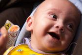Mãe alimentar o seu bebé — Fotografia Stock