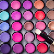 bunte Lidschatten-Palette mit professionellen Make-up Pinsel. MAK — Stockfoto