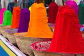 Stapels van kleurrijke poedervorm kleurstoffen gebruikt voor holi festival — Stockfoto