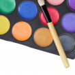 barevný make-up paleta s profesionální make-up štětcem na Svatodušní — Stock fotografie