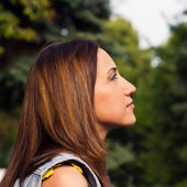Young women looking up — Stock Photo