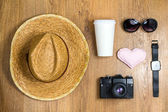 Top view of braided hat, pair of glasses, vintage camera, takeaw — ストック写真