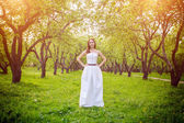 Bride standing in summer park — Stockfoto