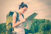 Woman hiker reading map — Stockfoto