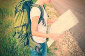 Woman hiker reading map — ストック写真