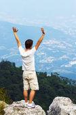 崖側に立っている若い男 — ストック写真