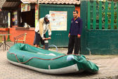Inflating a Rubber Boat in Banos, Ecuador — Stock Photo