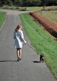 Ung kvinna och hund — Stockfoto
