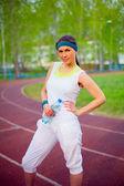 Sport girl on stadium with water bottle — ストック写真