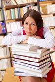 Ongelukkig student in de bibliotheek van de universiteit — Stockfoto