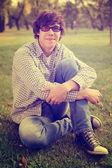 学生坐在室外的草地上 — 图库照片
