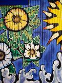 Flores e um cano de esgoto — Foto Stock