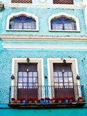 Mexican building with flowerpots — Stock Photo