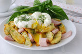 Fried potatoes with dill and ham with eggs Benedict — Stock Photo