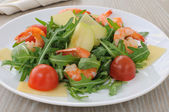 Spicy salad of arugula with cherry tomatoes and shrimp — Stock Photo