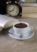 Hora de beber uma xícara de café em uma mesa na biblioteca — Fotografia Stock