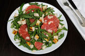 Arugula salad with chicken, grapefruit and almonds — Stock Photo