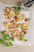 Warm appetizer of fried pieces of cauliflower with garlic and on — Stock Photo