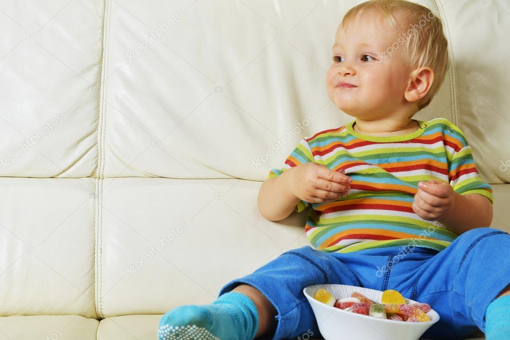 男孩吃糖 — 图库照片08taden1#13393250